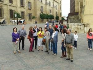 Participantes en la actividad, ante el monumento al Triunfo de San Rafael, junto a la Mezquita de Córdoba