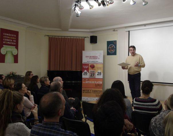 Vicente Penalva en su conferencia durante las Jornadas Filosóficas de Nueva Acrópolis.