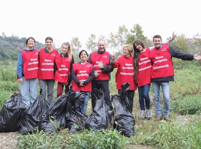 Voluntarios de Nueva Acrópolis en una de las limpiezas realizadas en el río Ripoll.