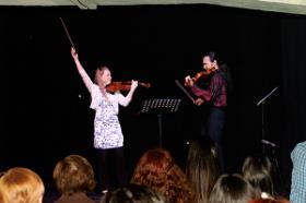 Concierto de violín y viola en el escenario de Nueva Acrópolis Bilbao