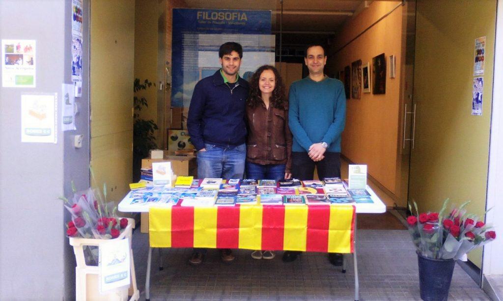 Voluntarios en el stand de Nueva Acrópolis Sabadell