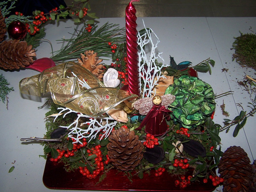 Talleres de arreglos navide os para una navidad solidaria for Arreglos navidenos para puertas