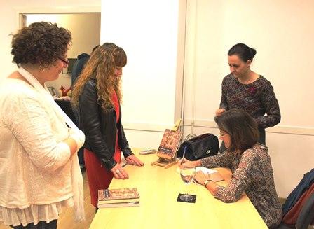 Firma del libro de Dolores Fernandez Figares, los primeros filosofos.